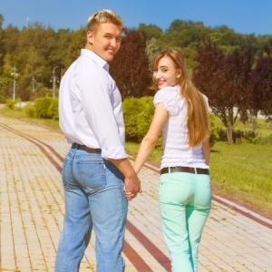coupleholdinghands